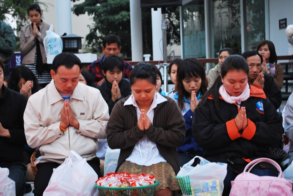thai praying
